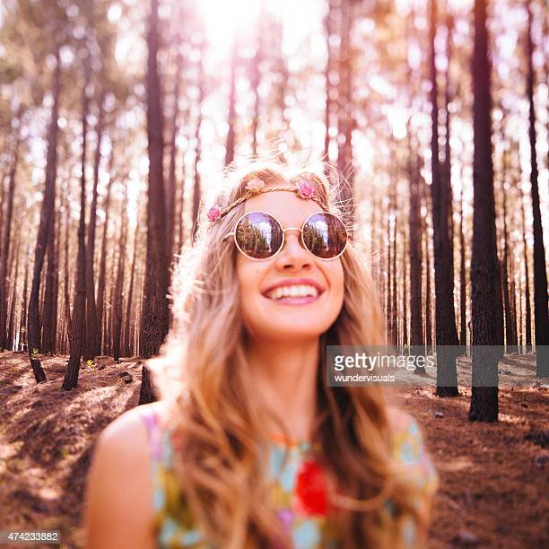 Estilo boho en la cara de niña en un bosque natural de cinta para la cabeza