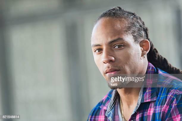 Visage de jeunes multiethniques noir et de Native Américain homme