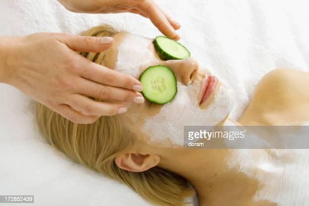 Soin du visage et un masque au concombre