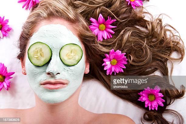 Gesichtsbehandlung mit Gurken und Blumen
