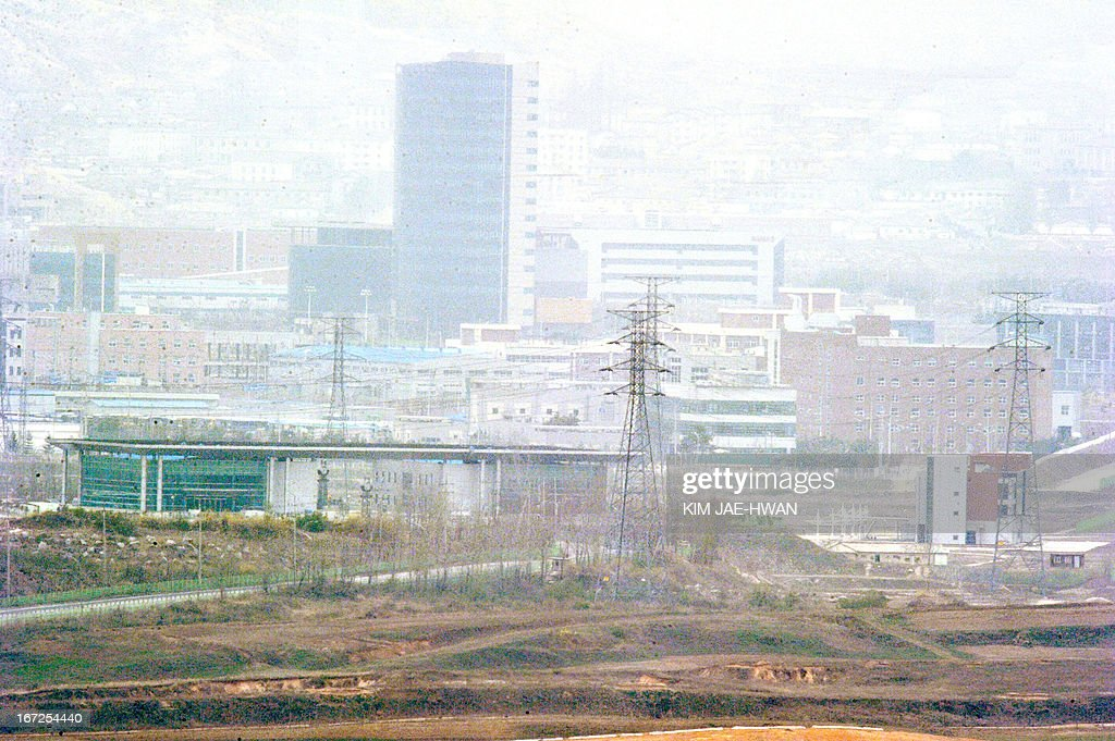 Factories and buildings stand in a closed Seoul-funded industrial complex in Kaesong north of the border on April 23, 2013. The complex, a symbol of inter-Korean cooperation, has been closed because of high military tensions for weeks. AFP PHOTO / KIM JAE-HWAN