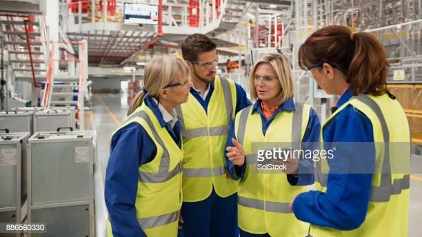 Fabrikarbeiter, die eine Diskussion