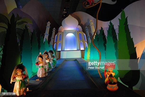 Fahrattraktion 'Its a small world' 'Disneyland Resort Paris' Paris Frankreich Europa 'Disneyland Park' Freizeitpark Vergnügungspark Beleuchtung Reise
