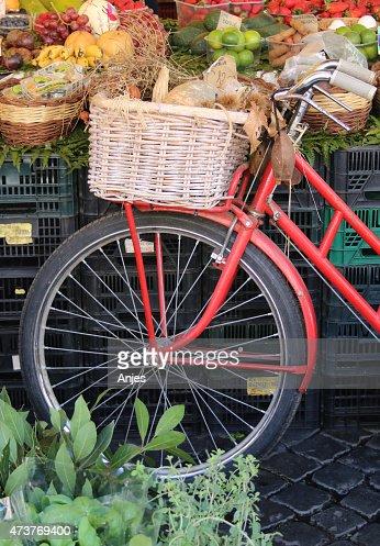 Fahrrad auf dem Markt : Stock Photo