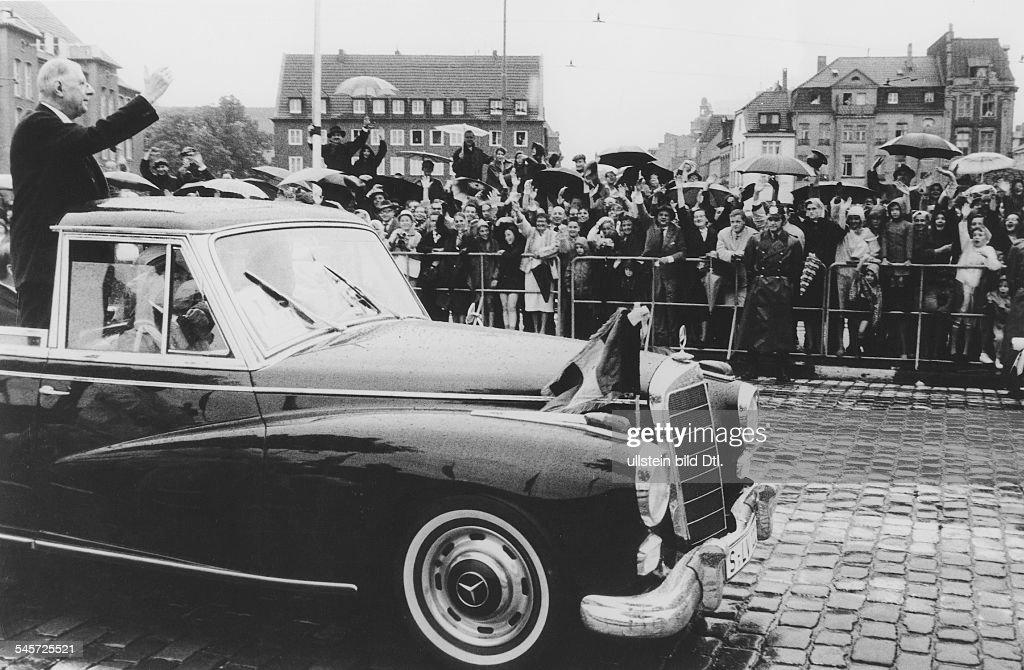 la gamme 300 d'après guerre Fahrt-im-offenen-wagen-durch-bonnstaatsprsident-charles-de-gaulle-picture-id545725521
