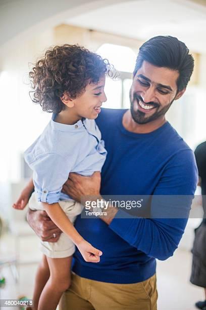 Fahter et son fils à la maison à Dubaï.