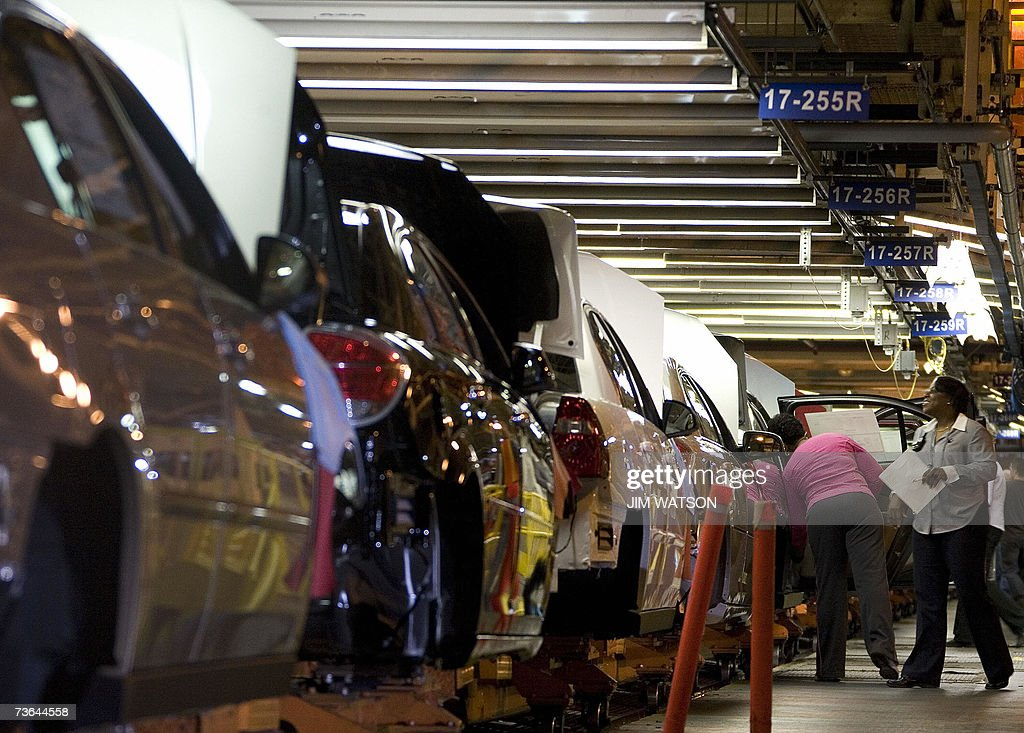 Chevrolet Malibus move through the Fairfax General Motors Assembly Plant in Fairfax, Kansas, where US President George W. Bush toured before making remarks on energy initiatives 20 March 2007. AFP PHOTO/Jim WATSON
