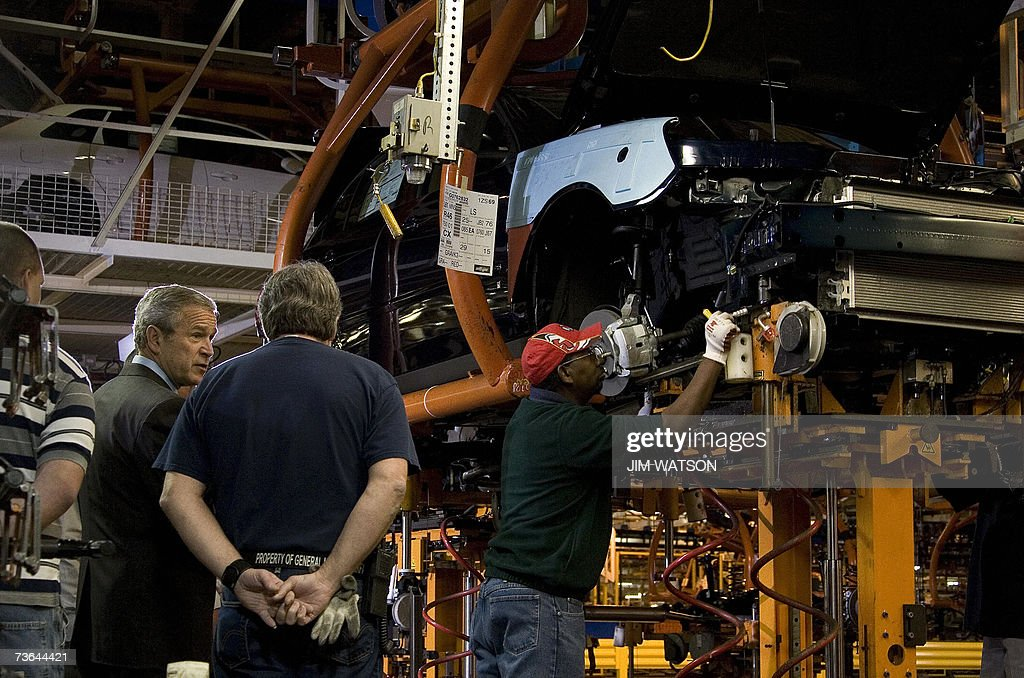 US President George W. Bush (2nd L) talks with General Motors employees as he tours the Fairfax General Motors Assembly Plant in Fairfax, Kansas, 20 March 2007. AFP PHOTO/Jim WATSON