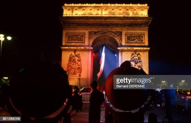 Faisceau lumineux bleu blanc rouge sur l'Arc de Triomphe le 14 juillet 1987 à Paris France
