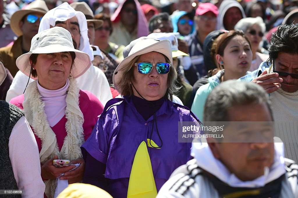 Faithful take part in an open-air mass officiated by Pope Francis in Ecatepec, near Mexico City, on February 14, 2016. Pope Francis urged Mexicans on Sunday to turn their country into a land of opportunity where there is no need to emigrate or mourn victims 'of the merchants of death.' AFP PHOTO/ALFREDO ESTRELLA / AFP / ALFREDO ESTRELLA