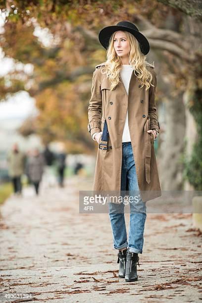 秋のファッション、女性歩いた小道