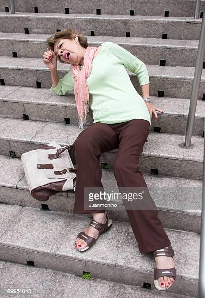 倒れた老人女性
