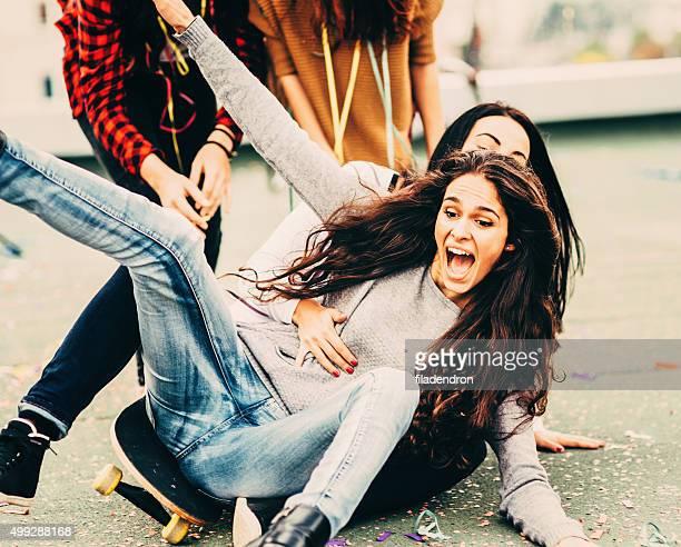 Fallen auf einem skateboard