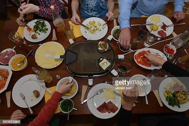 Familie beim Raclette Esstisch Wohnung