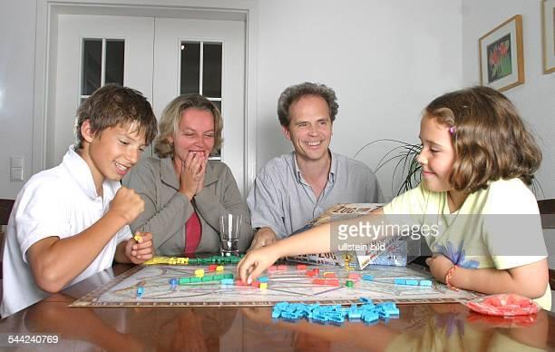 Familie spielt das Gesellschaftsspiel 'Zug um Zug' 2004