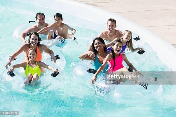 Famiglia e gli amici al parco acquatico