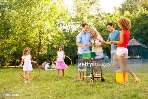 Familles appréciant un barbecue.
