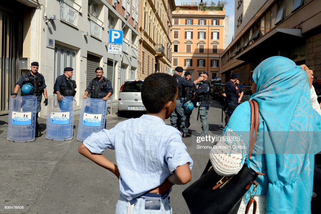 Families with children who have been evicted on August 19, 2017 in Rome, Italy. Police evict approx 500 Eritrean and Somali refugees form an occupied building in Piazza Indipendenza.