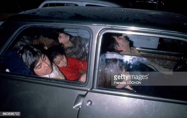 Famille dormant dans une voiture après un tremblement de terre dans la région napolitaine en novembre 1980 Italie