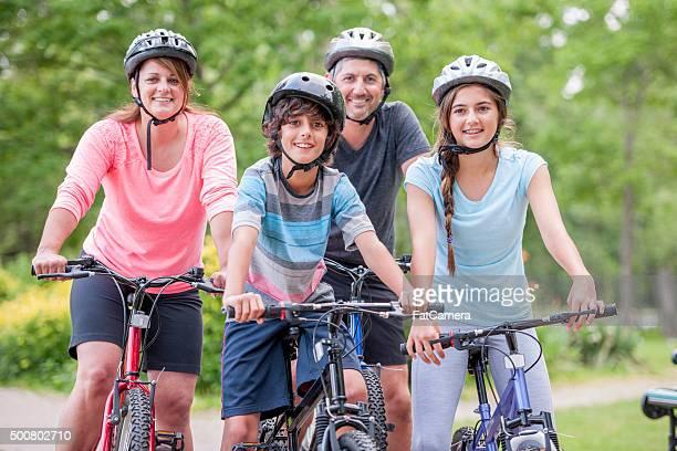 Familie Gehen über, um auf einer Fahrradtour