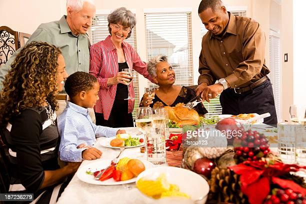 Familia y amigos en la cena de Navidad de estar