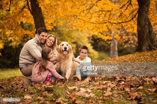 Familia y Golden Retriever en el parque