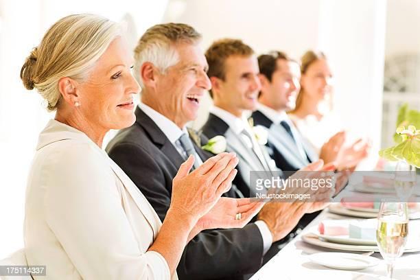 Familiares e clientes Bater Palmas na tabela na recepção