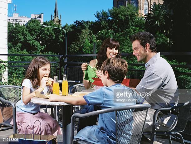 Familia en una cafetería al aire libre