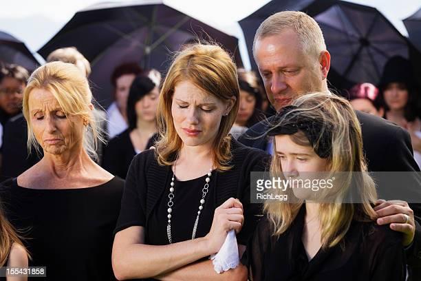 Familie bei einer Beerdigung
