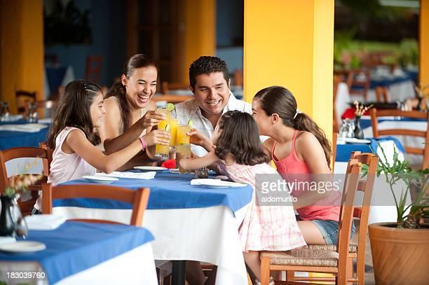 Famille dans un restaurant