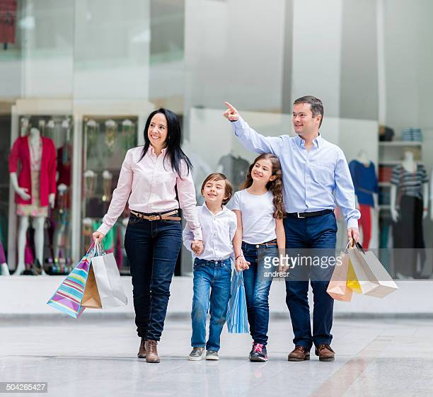 Família no shopping center