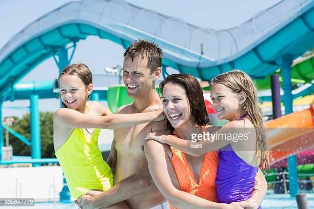 Familia en el parque acuático
