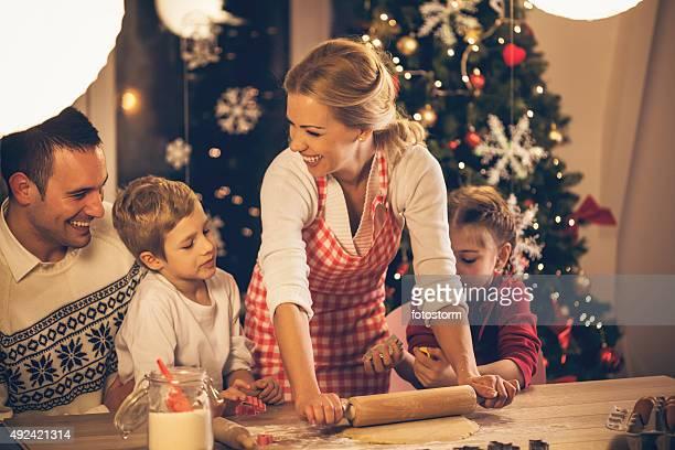Hornear galletas de Navidad la familia