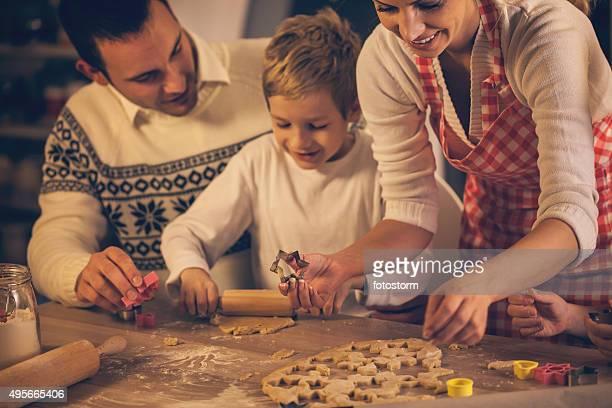 Familia hornear galletas caseras de Navidad