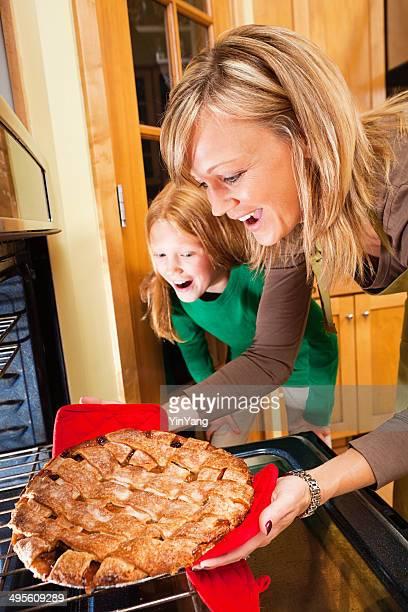 Thanksgiving et de Noël de la famille cuisson Tarte ensemble de cuisine Vertical