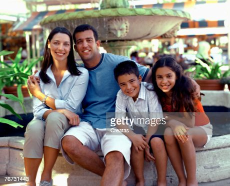 Family by a fountain : Foto de stock