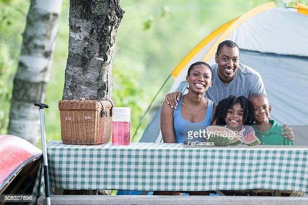Famille faire du Camping dans les bois