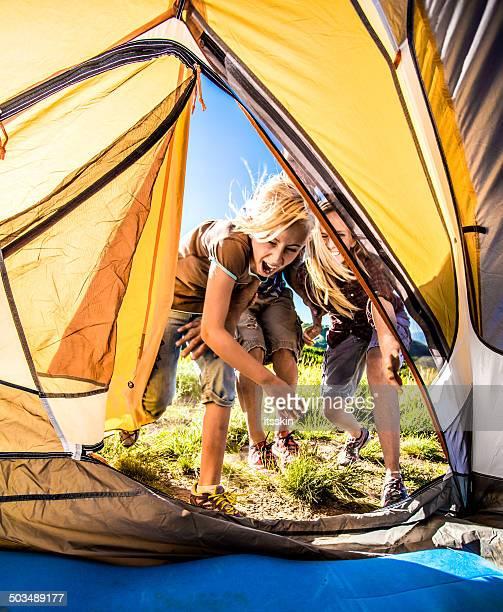 Famille faire du camping