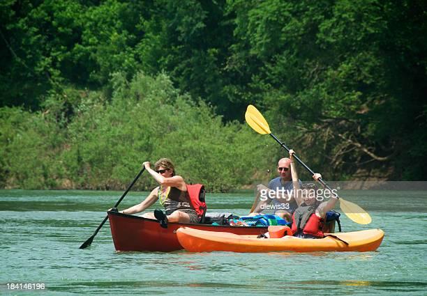 Famille de canoë et de kayak ensemble