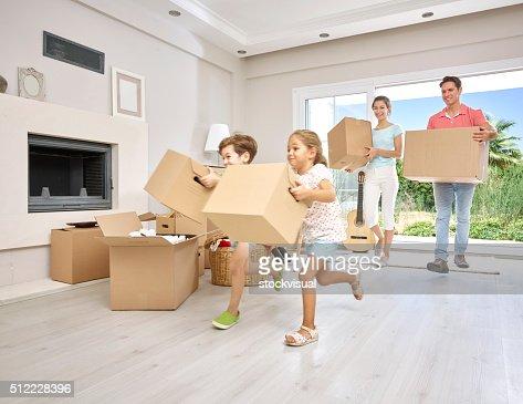 Grande família de transporte caixas de cartão em Nova casa, retrato