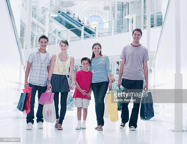 Familie tragen Einkaufstüten in Einkaufszentrum