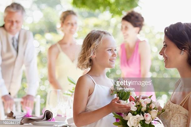 Familie feiert in Hochzeitsempfang