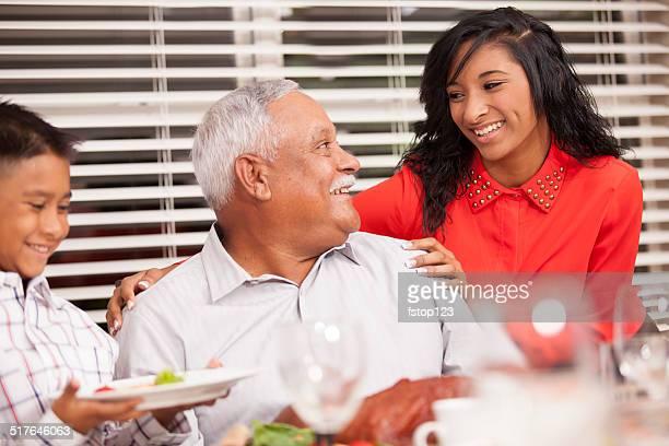 Familia, niño con abuelo en el Día de Acción de Gracias.  Mesa de comedor.