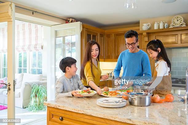 Familie kochen zusammen das Abendessen