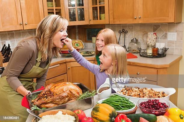 Família cozinhar Thanksgiving férias jantar com crianças na cozinha