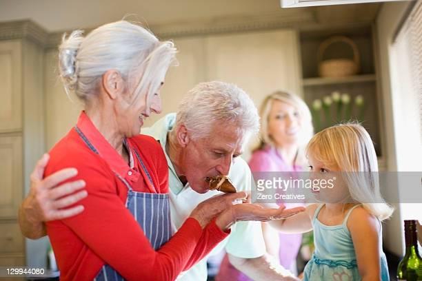 Familie kochen zusammen in der Küche