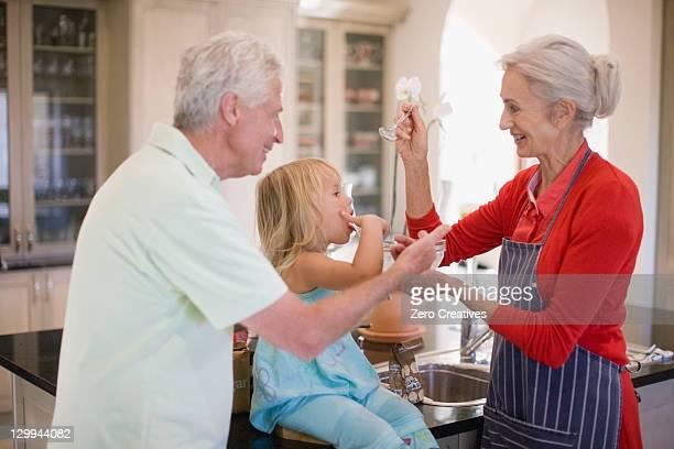 Família cozimento juntos na cozinha