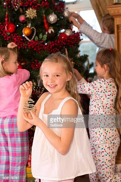 Eine Familie dekorieren Weihnachtsbaum