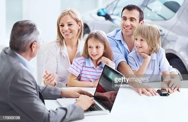 Familie diskutieren mit dem Autohändler.