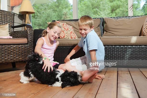 Família cão com divertido crianças Jogando Indoor em Casa